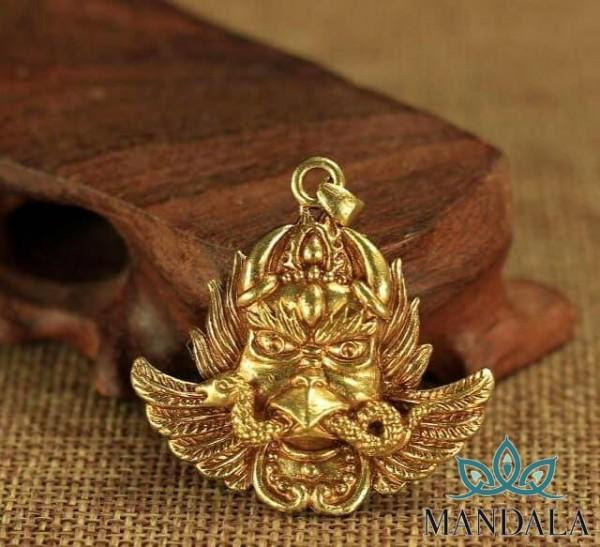 Mặt đeo đại bàng kim sí điểu mạ vàng.
